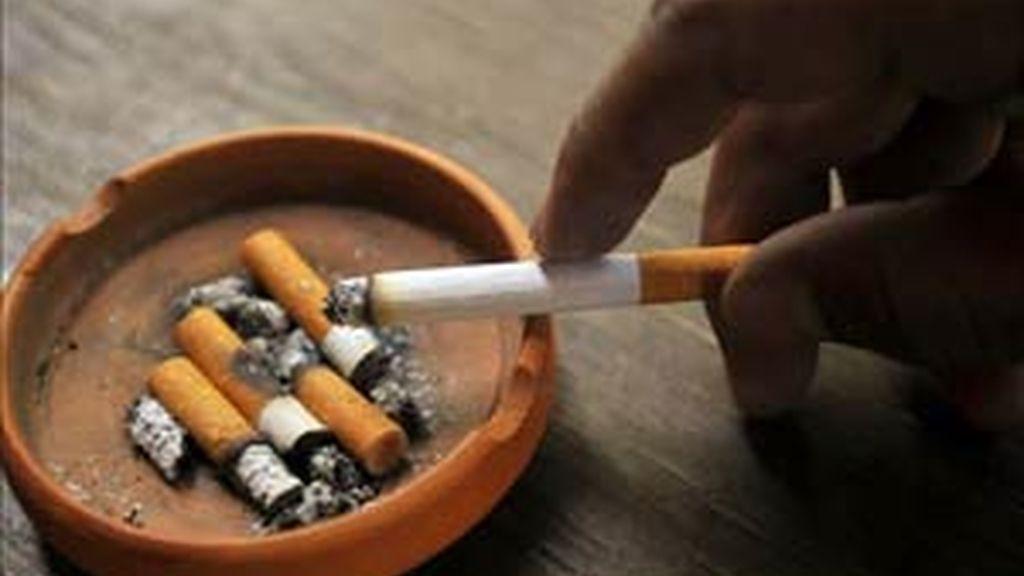 Los bebés que duermen con padres fumadores presentan niveles de nicotina hasta tres veces superiores a los que lo hacen en otras estancias. Foto. EFE / Archivo