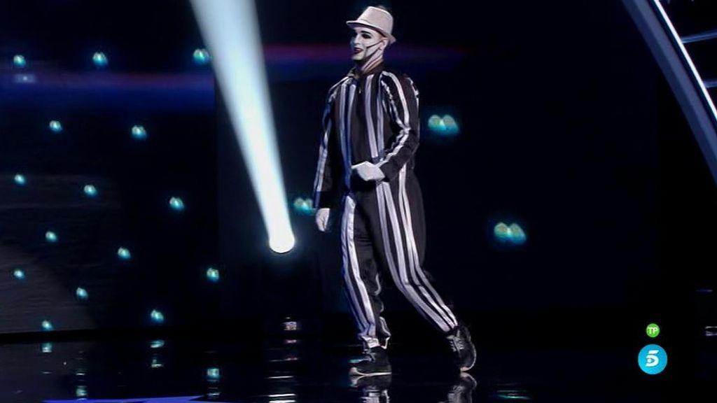 Ángel Carretero, el mimo reflectante que mueve todas las articulaciones de su cuerpo