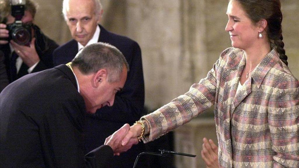 El economista José Terceiro Lomba besa la mano de la Infanta Elena tras recibir el premio Jaime I de Economía en el año 2000. EFE/Archivo