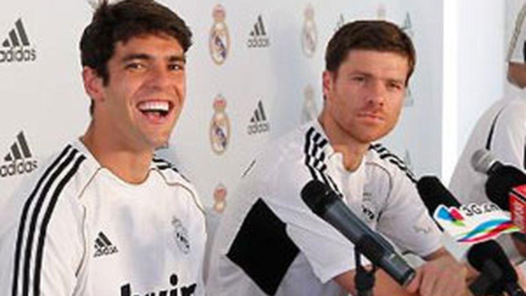 Xabi Alonso y Kaká durante la rueda de prensa. Foto: Real Madrid