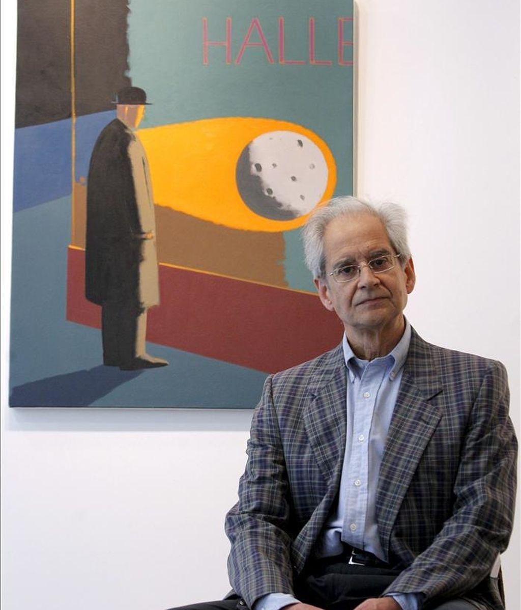 """Andrés Rábago, el artista más conocido por su pseudónimo de ilustrador, """"El Roto"""", durante la entrevista que concedió a Efe, ante uno de las pinturas que forman parte de la exposición de sus cuadros que se cuelga en la galería Alba Cabrera de Valencia. EFE"""