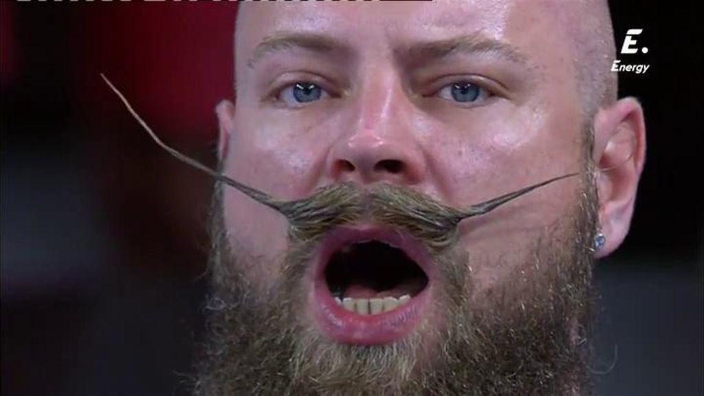 ¡Un aficionado finlandés y su gran bigote le ponen color a las gradas de Montpellier!