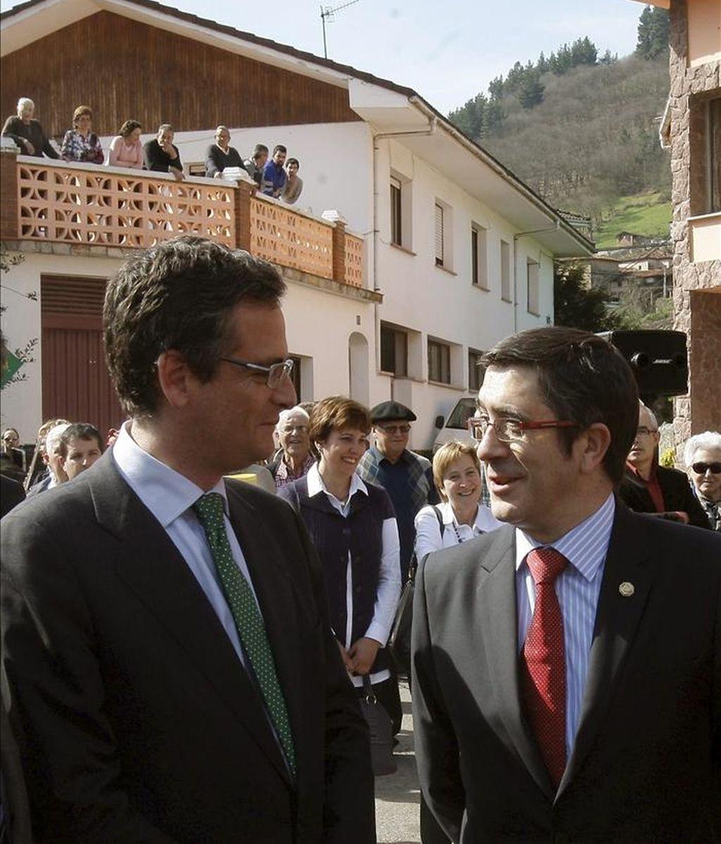 El lehendakari, Patxi López (d), y el presidente del PP vasco, Antonio Basagoiti (i), en Tuña, donde recibieron el pasado mes de marzo recibieron el Premio a las Libertades Rafael de Riego. EFE/Archivo