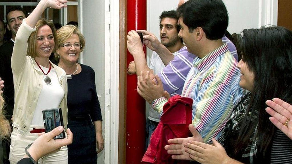 La ministra de Defensa, Carme Chacón (i), saluda a su llegada al público en Huelva de apoyo a la candidatura socialista que concurrirá a las elecciones municipales del próximo 22 de mayo. EFE