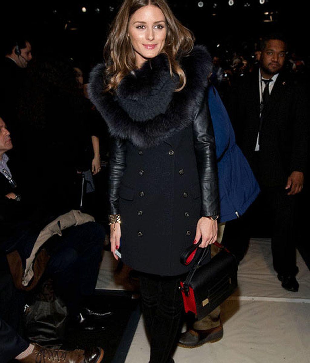 Olivia Plermo con abrigo de paño, cuero y piel en el desfile de Carolina Herrera