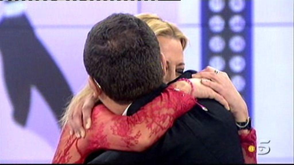 Blén Esteban y Jorge Javíer Vázquez se funden en un abrazo para despejar las dudas sobre su enfrentamiento