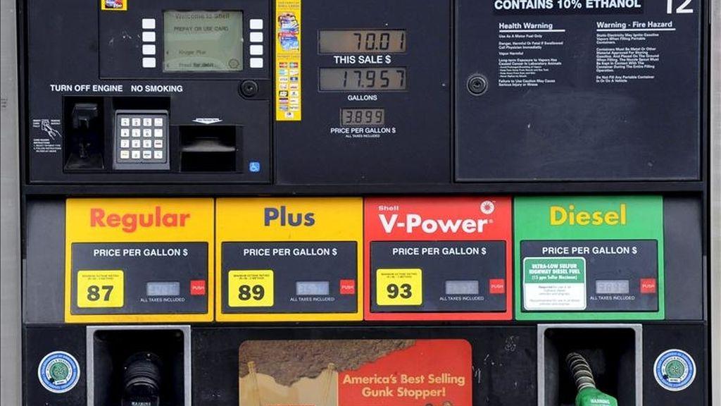 Un surtidor de combustible muestra los precios de los diferentes carburantes, en una gasolinera en Dallas, Texas, Estados Unidos. EFE/Archivo