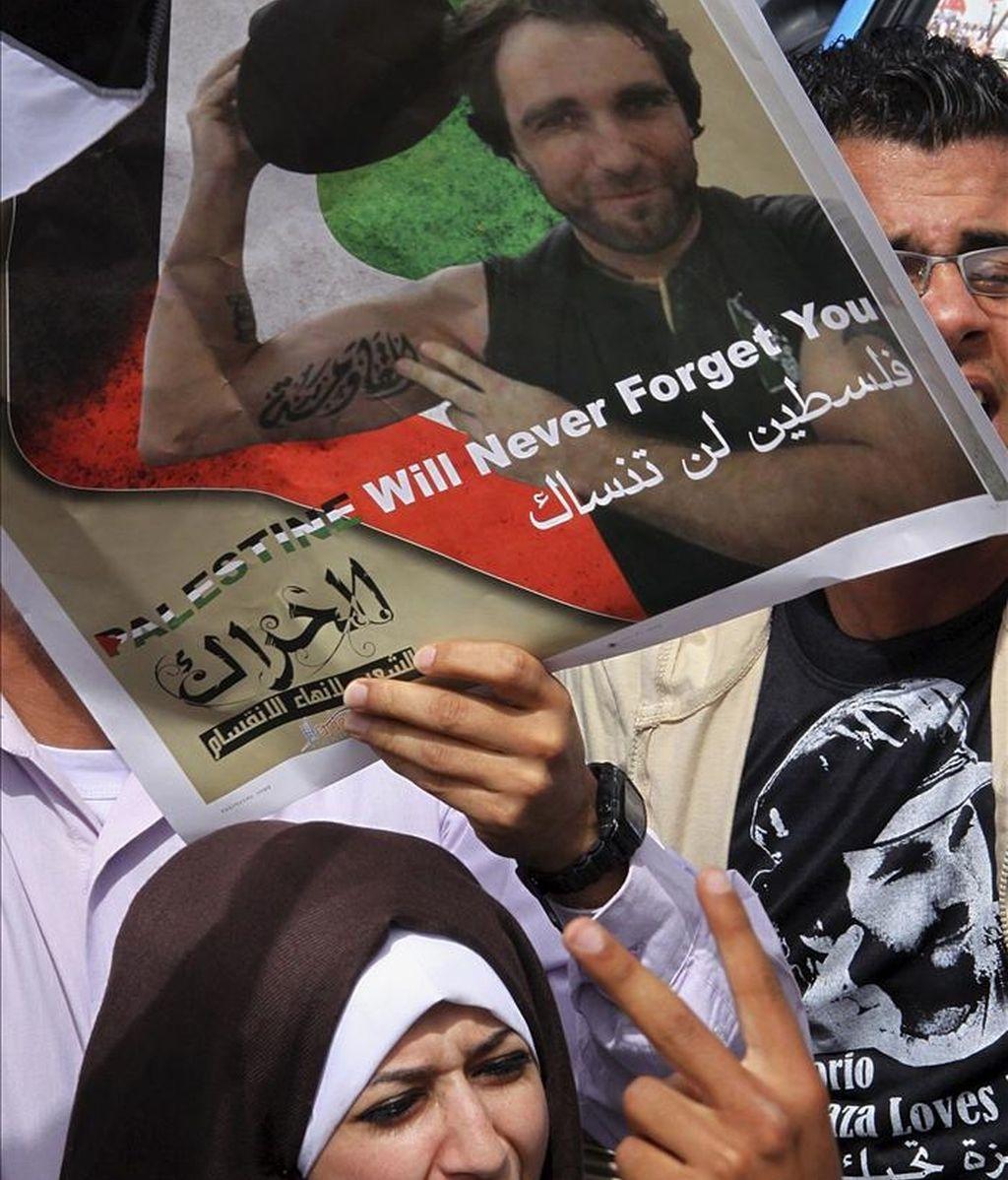 """Palestinos y activistas amigos de Vittorio Arrigoni, el activista italiano asesinado por un grupo salafista, participan en el """"funeral nacional"""" para rendirle tributo, en la ciudad de Gaza. EFE"""