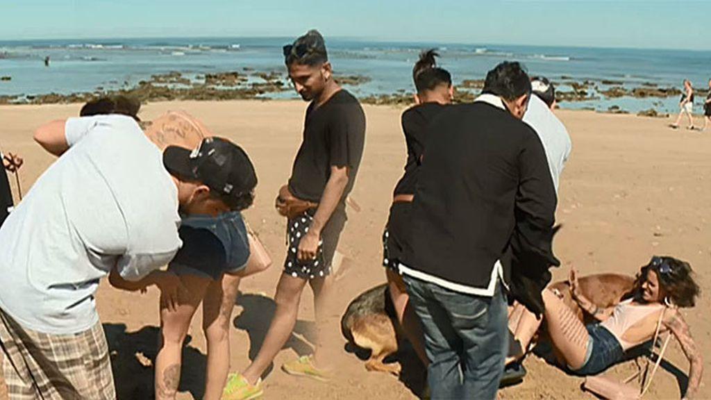 ¡Duna llega a Cádiz y acaba en el suelo y rebozada en la arena de la playa!
