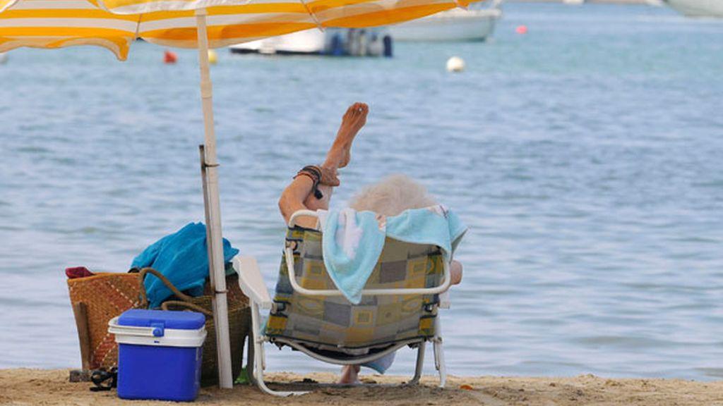 La Duquesa de Alba se da el primer baño de la temporada en el mar