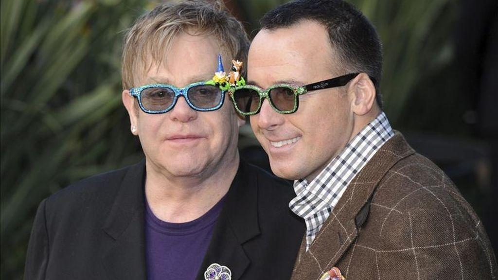 El cantante británico Elton John (izq) y su pareja sentimental David Furnish (dcha). EFE/Archivo
