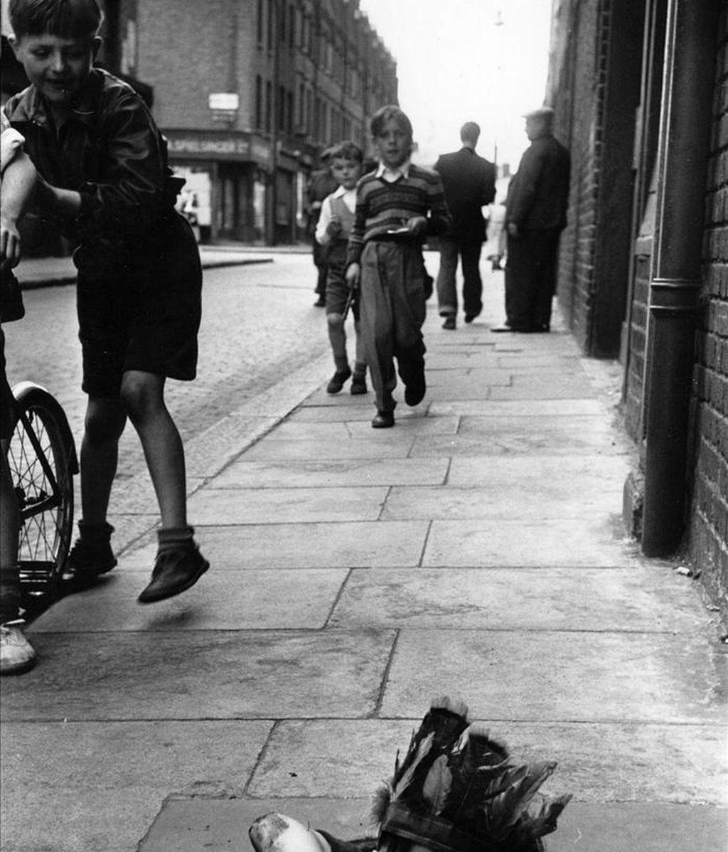 """Fotografía facilitada por la Getty Images Gallery de Londres de la obra de Thurston Hopkins """"Un niño juega en la calle metido en el agujero de un depósito de carbón"""", una de las imágenes que se pueden ver en la exposición que organiza esta galería que ordena su memoria de la Europa de los años cincuenta, que comprende desde escenas de la vida cotidiana en los suburbios hasta imágenes memorables de estrellas de cine. EFE/ Thurston Hopkins"""