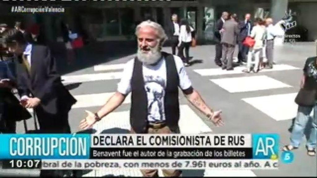 Marcos Benavet reconoce ante los periodistas que se llevó dinero público
