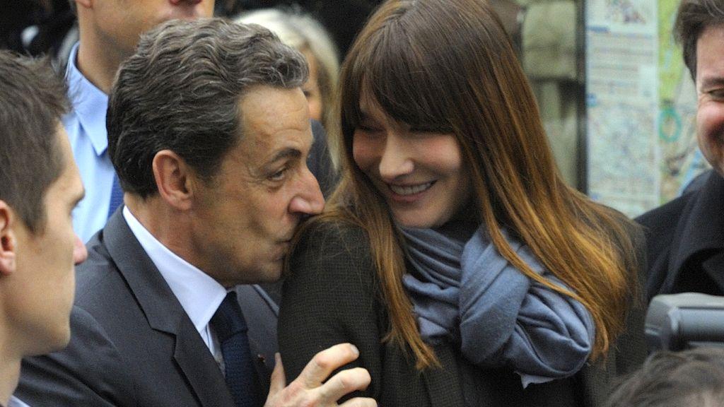 El presidente francés Nicolás Sarkozy y su esposa Carla Bruni llegan al colegio electoral