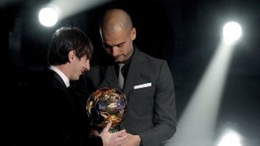 Guardiola entrega el premio a Messi. Foto: FIFA.