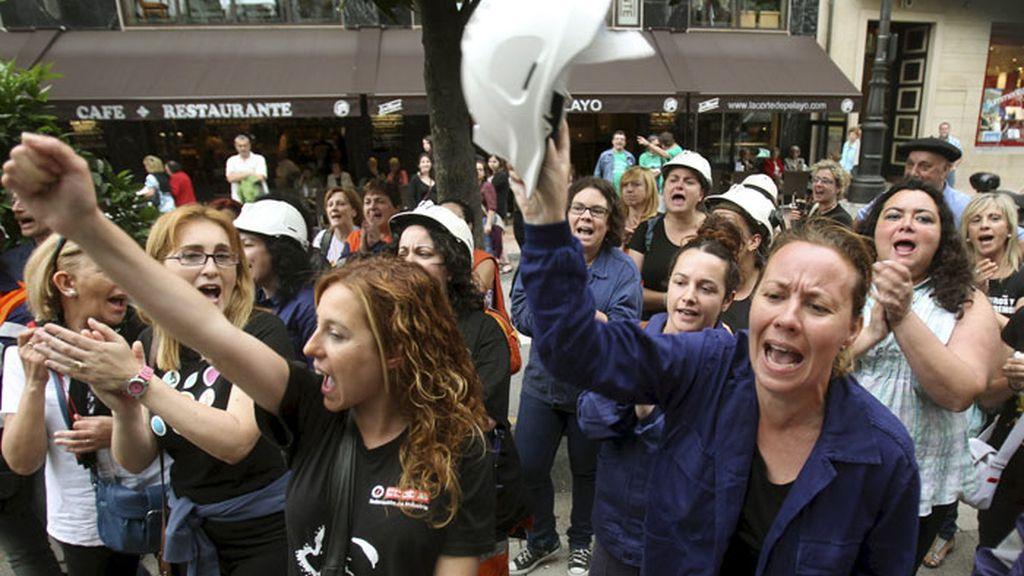 Mujeres de mineros concentradas frente a la sede del Parlamento asturiano