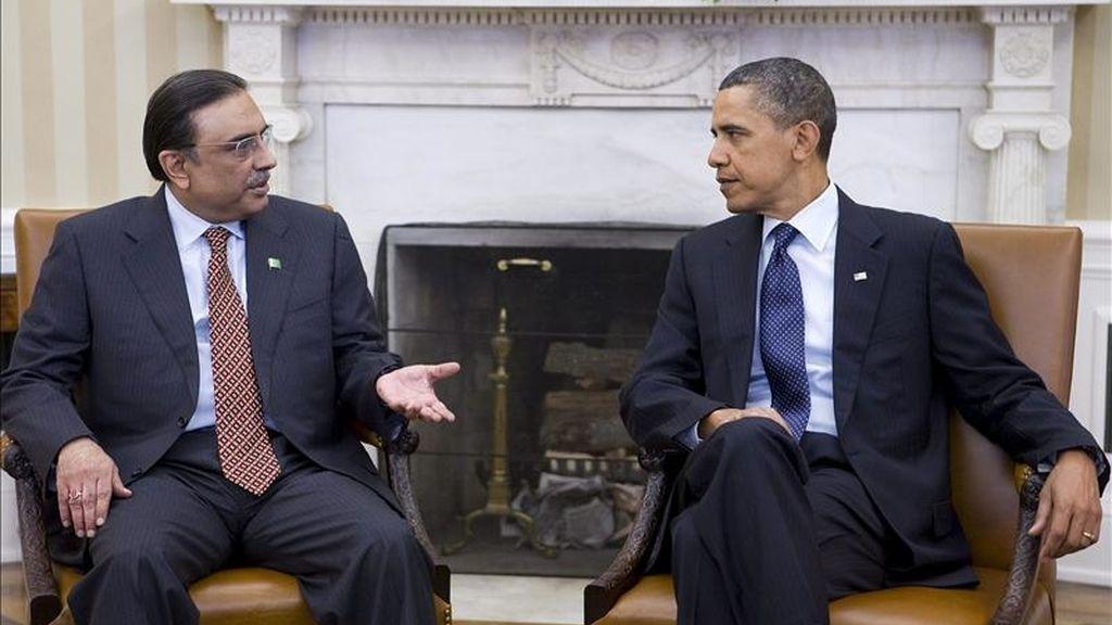 El presidente paquistaní, Barack Obama (d), escucha a su homólogo paquistaní, Asif Ali Zardari, durante la reunión que mantuvieron en el despacho Oval de la Casa Blanca en Washington D.C., EE.UU.. EFE