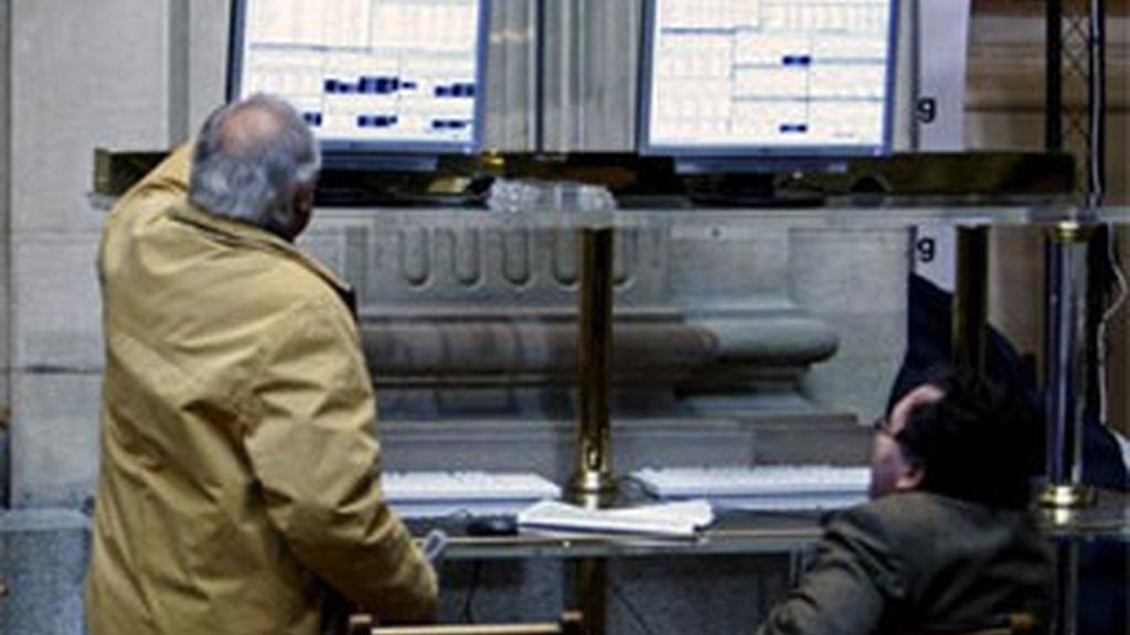 El miedo a una nueva recesión y el fuerte retroceso de la banca siguen lastrando a los mercados. Foto: EFE.