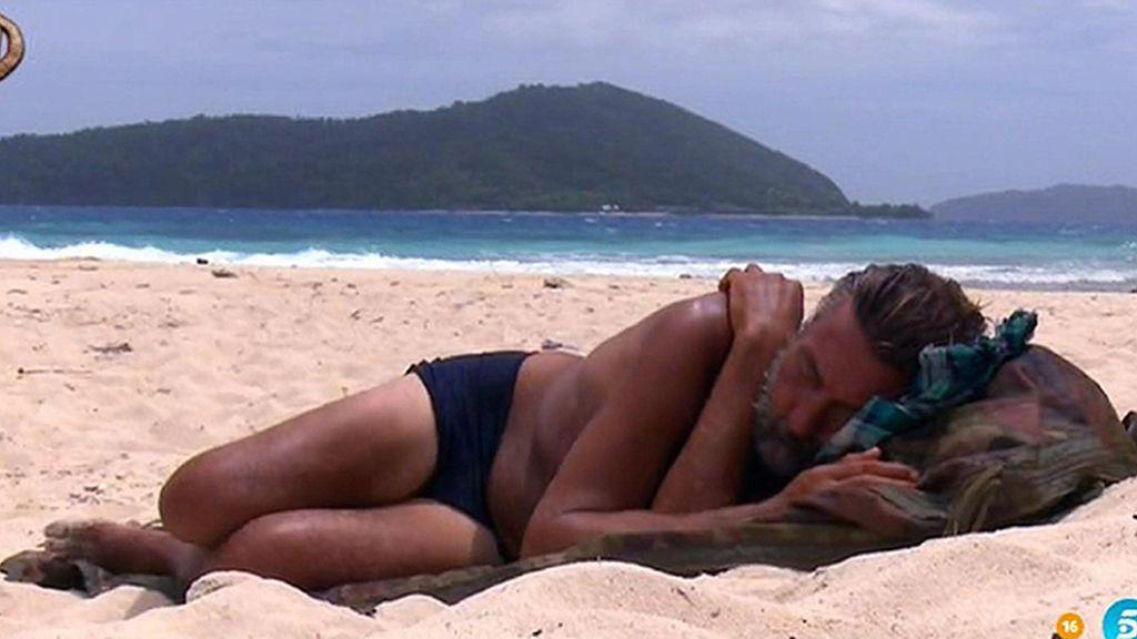 Rafi y su piel morena sobre la arena