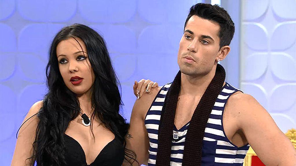 Diego pregunta a Sonia si le puede quitar el pareo en el reto caribeño