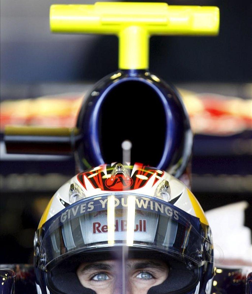 El piloto español de Toro Rosso, Jaime Alguersuari, espera en el box, durante la primera jornada de entrenamientos de pretemporada del Mundial de Fórmula Uno 2011, hoy en el circuito Ricardo Tormo de Cheste (Valencia). EFE