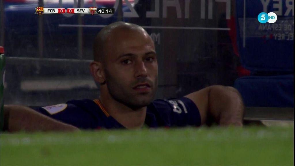 Mascherano es queda en el túnel de vestuarios para seguir viendo el partido