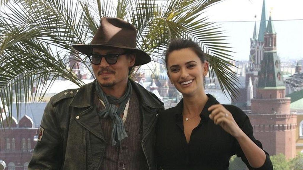 """La actriz española Penélope Cruz y el actor estadounidense Johnny Depp posan para los medios durante presentación de la cuarta entrega de """"Piratas del Caribe"""", en Moscú, Rusia. EFE"""