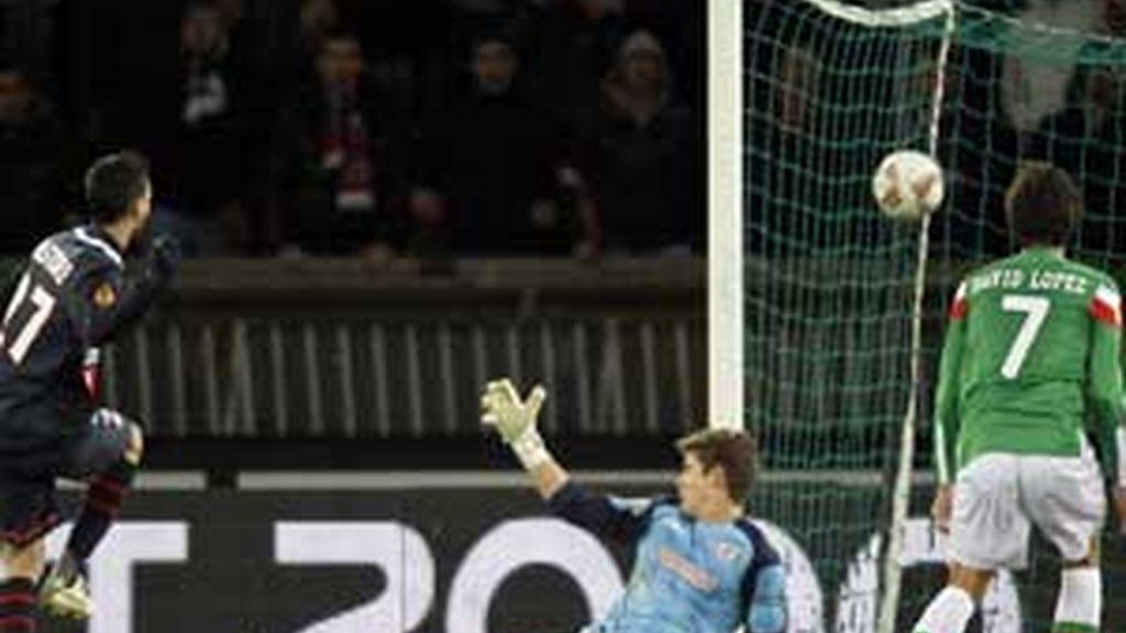 David Ibañez observa impasible uno de los goles galos FOTO: REUTERS