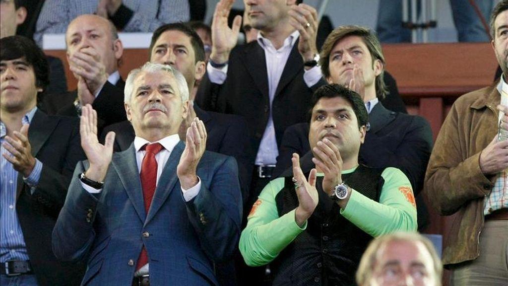 El presidente del Racing de Santander, Francisco Pernía (i) junto al propietario del club, el empresario indio Hasan Ali Syed (d), aplaudiendo en el homenaje realizado al golfista fallecido, Severiano Ballesteros durante el encuentro de Liga que enfrentó este martes al Racing de Santander y al Atlético de Madrid. EFE