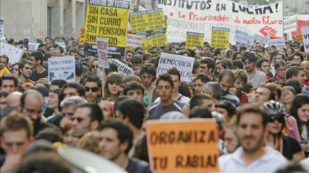 Un momento de la manifestación organizada por la iniciativa Juventud sin Futuro, desde la plaza madrileña de Antón Martín, en protesta contra la política de recortes sociales del Gobierno y han levantado la voz contra la precariedad, el paro y la privatización de la educación. EFE