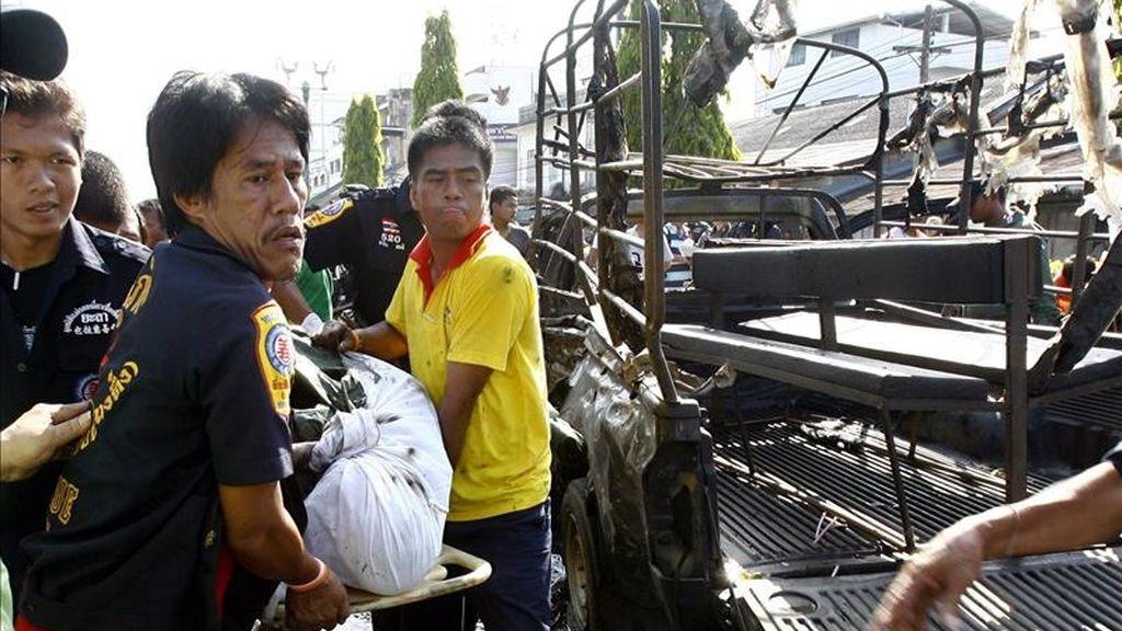 Rescatistas cargan el cuerpo de un soldado que murió hoy tras la explosión de una bomba en la provincia de Yala, sur de Tailandia.EFE