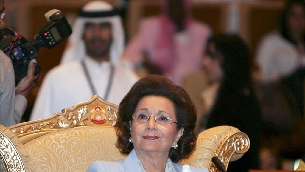 Suzanne Mubarak, esposa del ex presidente de Egipto Hosni Mubarak asistiendo a la segunda conferencia de la Organización de Mujeres Árabes (AWO por sus siglas en inglés) en Abu Dhabi, Emiratos Árabes, en 2008. EFE/Archivo