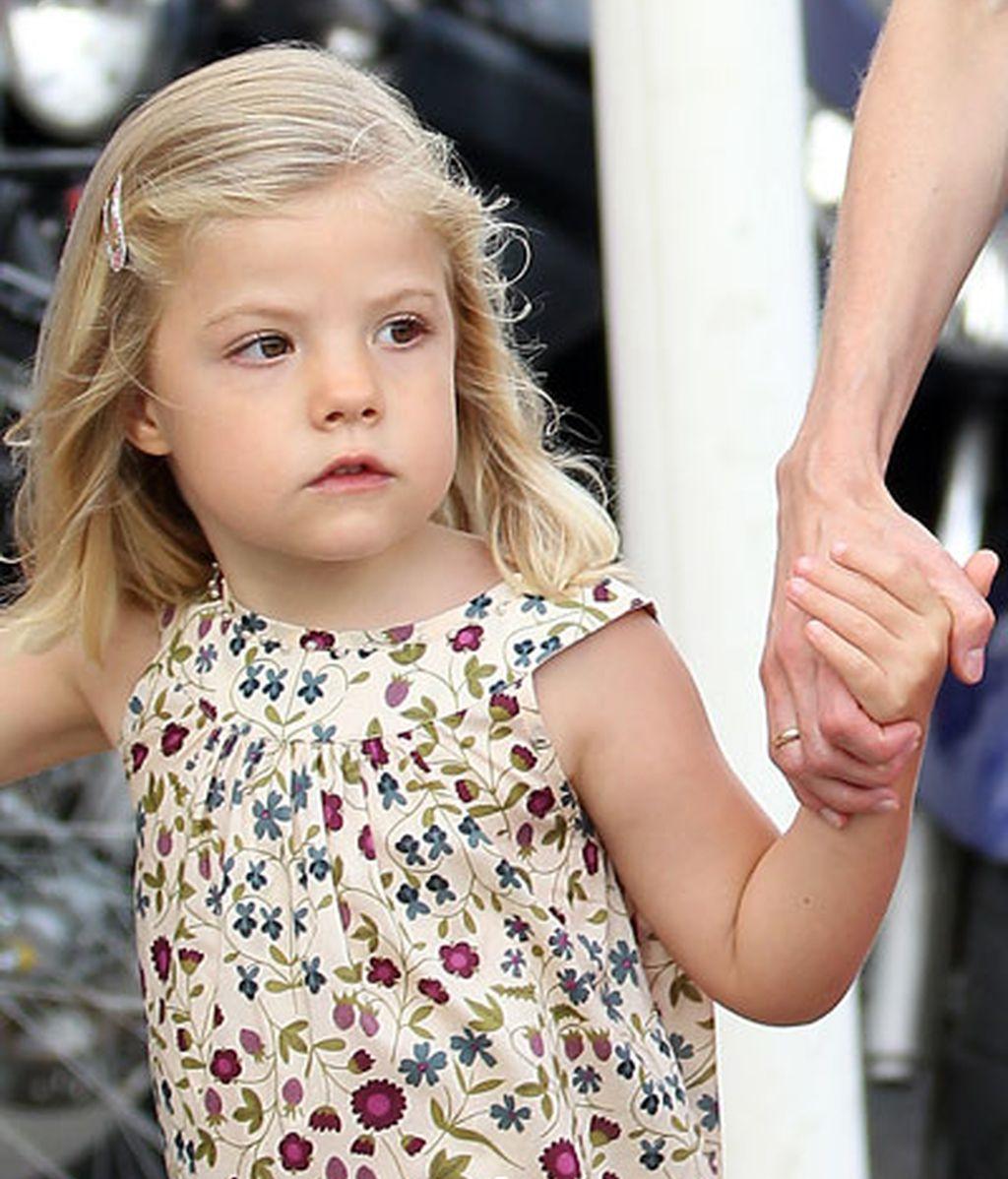 La Infanta Sofía, de la mano de sus papás