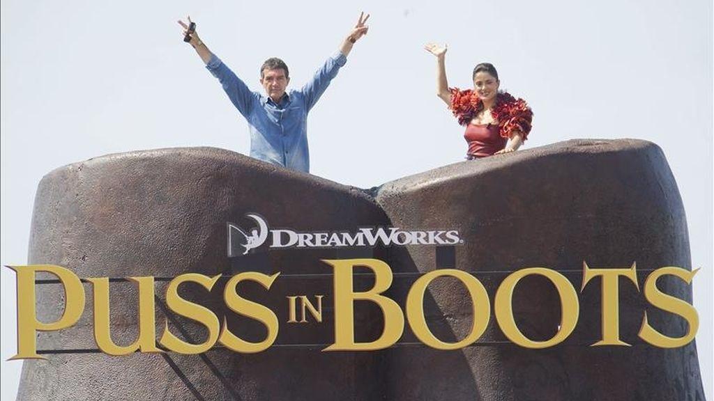 El actor español Antonio Banderas (i) y la actriz mexicana Salma Hayek (d) posan durante el pase gráfico de la cinta de animación de Dreamworks 'Puss in Boots', el spin-off de la saga Shrek, con el Gato con Botas como protagonista y dirigida por Chris Miller, durante el Festival de Cine de Cannes (Francia). EFE