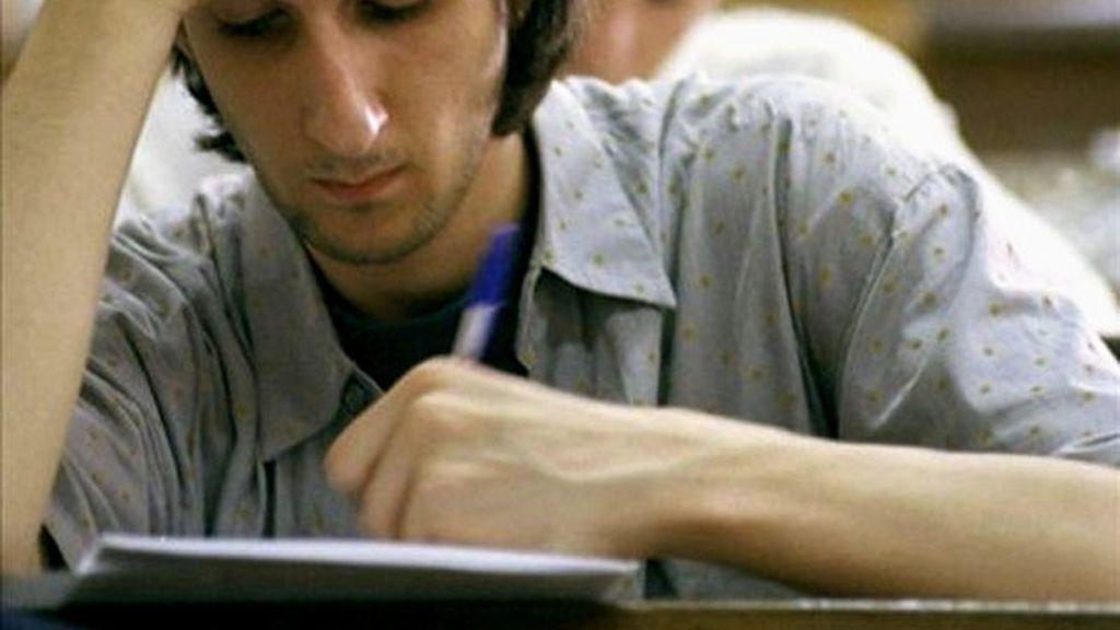 Escribir con la mano izquierda. Foto: EFE