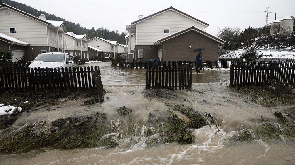 El desbordamiento de un arroyo ha inundado algunas localidades navarras