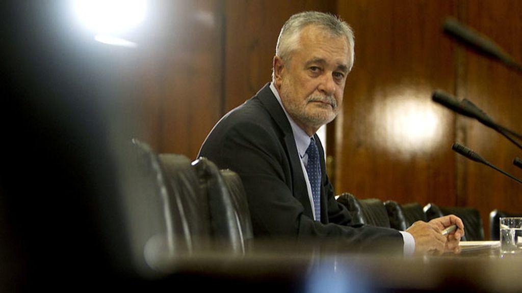El presidente de la Junta de Andalucía, José Antonio Griñán, antes de comenzar su comparecencia ante la comisión de investigación de los ERE