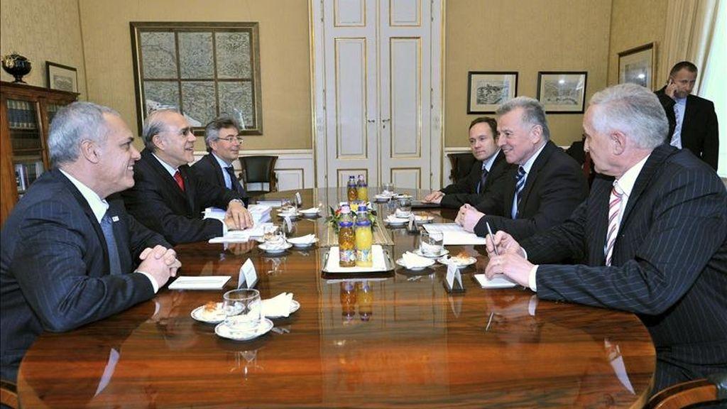 El presidente húngaro Pal Schmitt (2d) conversa con el secretario general de la Organización para la Cooperación y el Desarrollo Económico (OCDE), Ángel Gurría (2i), durante la reunión que mantuvieron en el Palacio Alexander en Budapest, Hungría. EFE