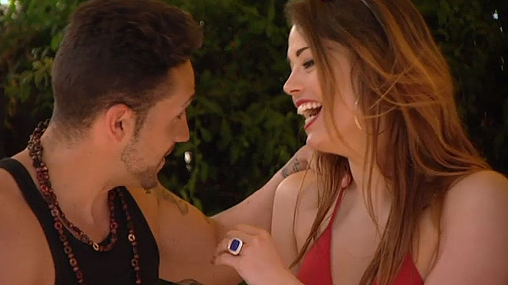 Brian y Alice se besan en casa de Corina