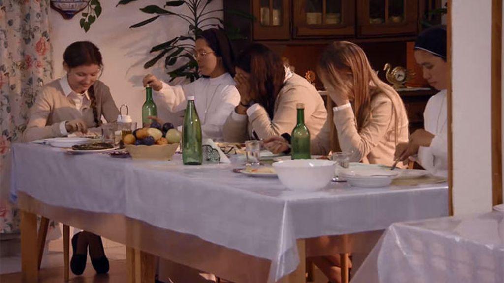 A las chicas les entra un ataque de risa durante la lectura de la cena