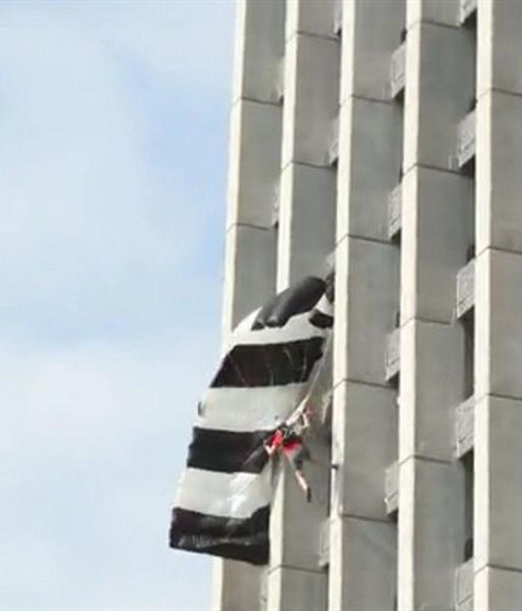 Una saltadora cae en picado tras abrirse al revés su paracaídas
