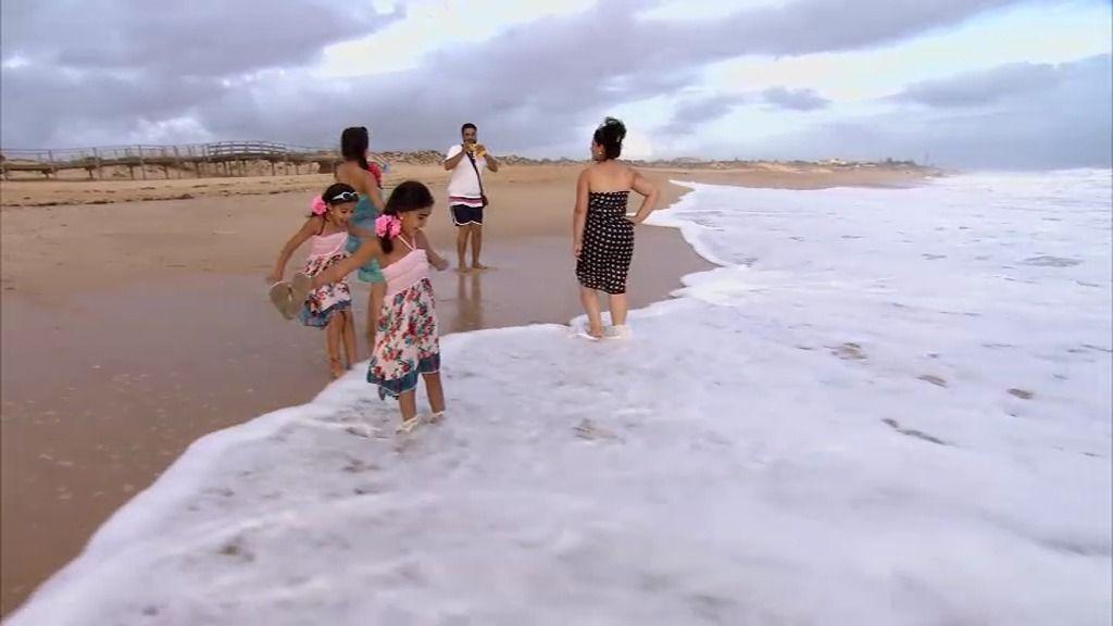 Las pequeñas de los Jiménez alucinan al ver el mar por primera vez