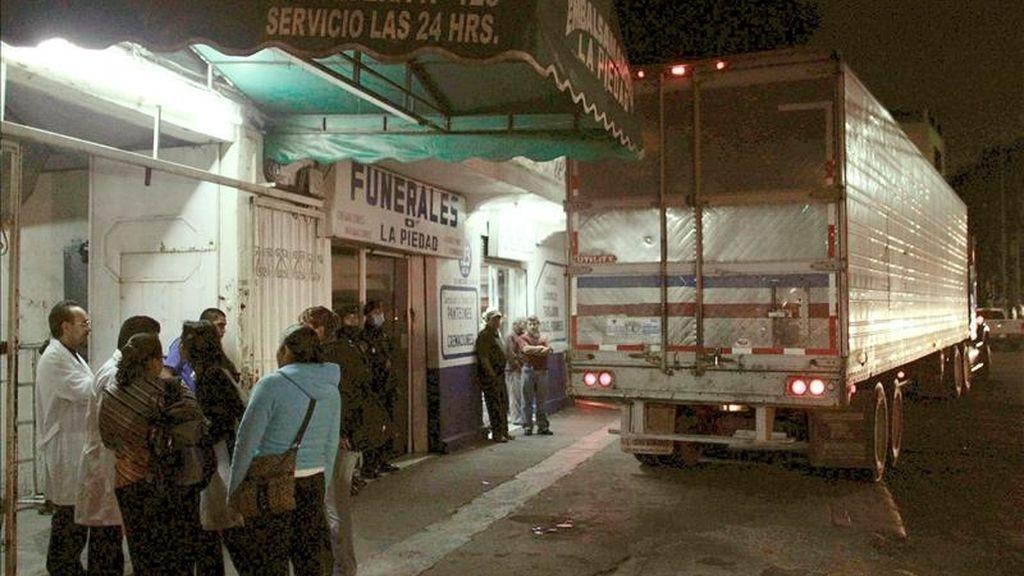 Un tractocamión frigorífico contienen 70 de los cuerpos exhumados de las fosas clandestinas halladas en San Fernando.EFE