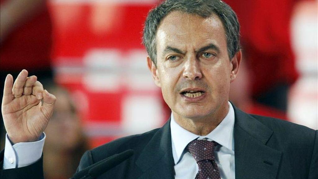 El presidente del Gobierno y líder del PSOE, José Luis Rodríguez Zapatero, durante su intervención en un mitin celebrado ayer en Santander. EFE
