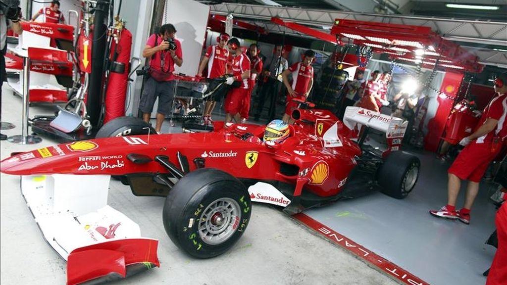 El piloto español Fernando Alonso (Ferrari), durante la primera sesión de entrenamientos libres para el Gran Premio de Malasia, segunda prueba del Campeonato del Mundo de Fórmula Uno, que se disputa este fin de semana en el circuito internacional de Sepang, a las afueras de Kuala Lumpur, Malasia. EFE