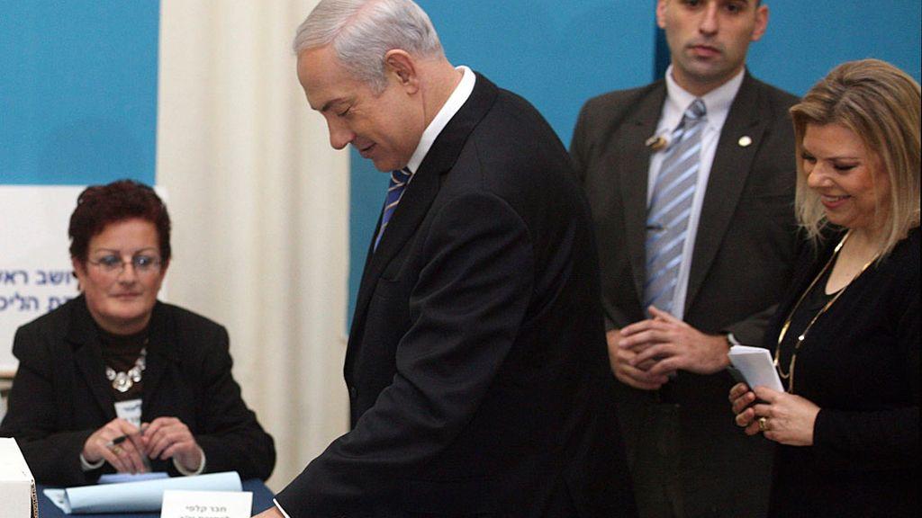Netanyahu vota durante las primarias junto a su mujer