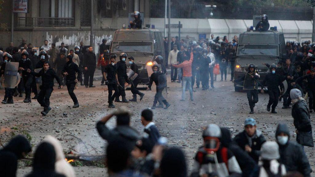 Cientos de egipcios desafían el toque de queda en Port Said, Ismailia y Suez