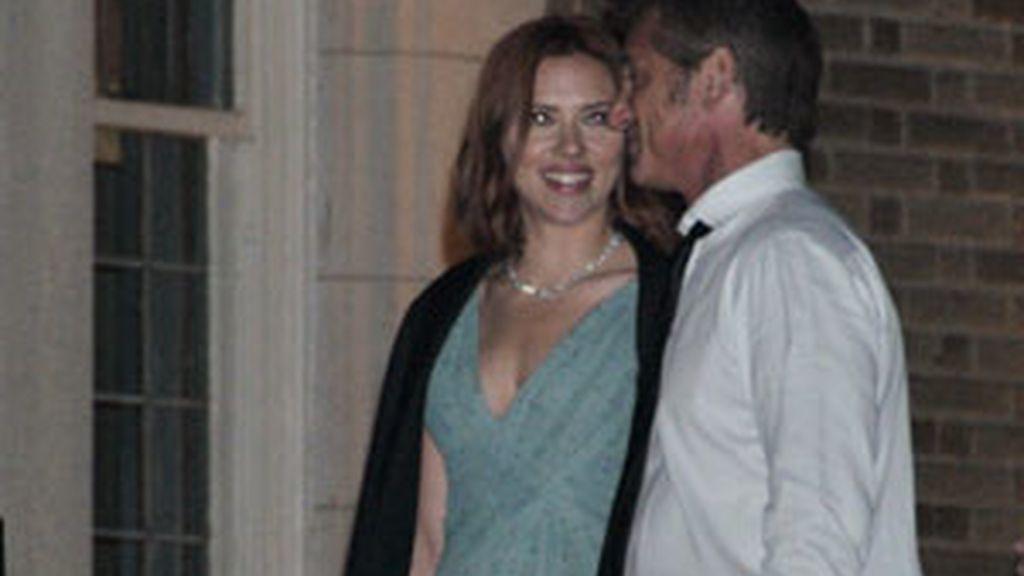 Scarlett Johansson y Sean Penn en una cena en Washigton en abril, cuando aún mantenían un romance. Foto: Gtres