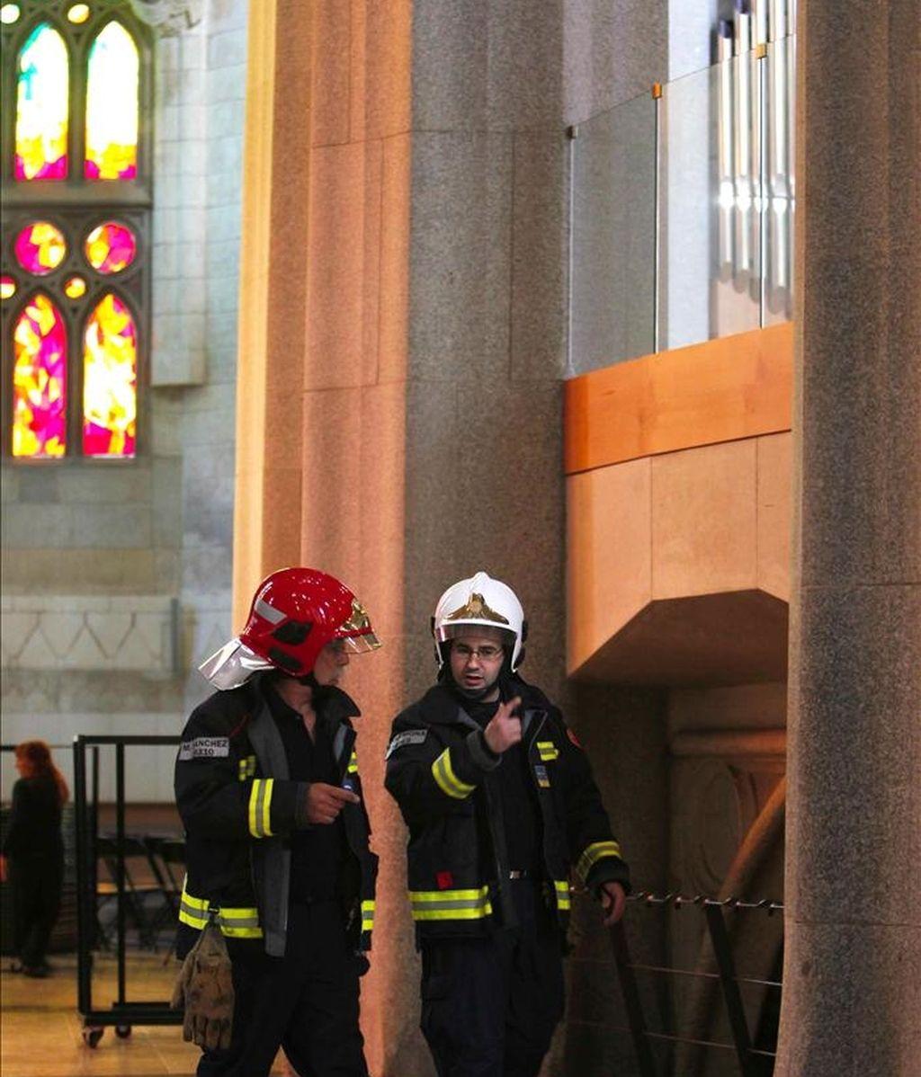 Efectivos del cuerpo de bomberos el pasado 20 de abril durante las tareas de inspección en la Sagrada Familia tras el incendio. EFE/Archivo