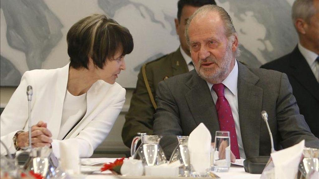 El rey Juan Carlos, junto a la presidenta suiza, Micheline Calmy-Rey, durante un encuentro que mantuvo hoy en Berna con grandes empresarios suizos, en la segunda jornada de la visita de Estado que los reyes efectúan a la Confederación Helvética. EFE